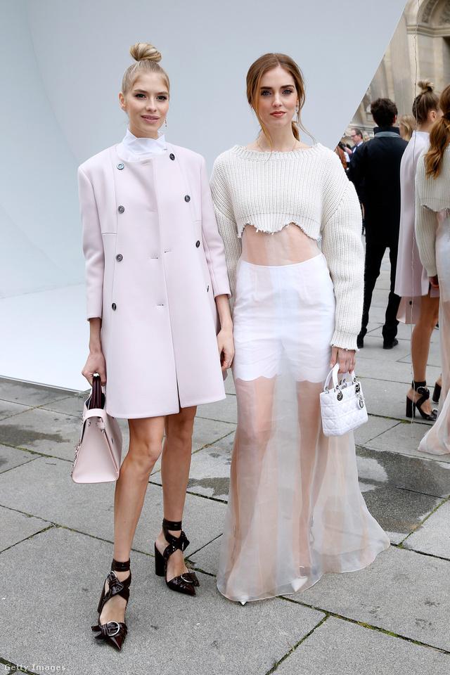 Elena Perminova és Chiara Ferragni csatos Dior cipőben a párizsi divathéten.