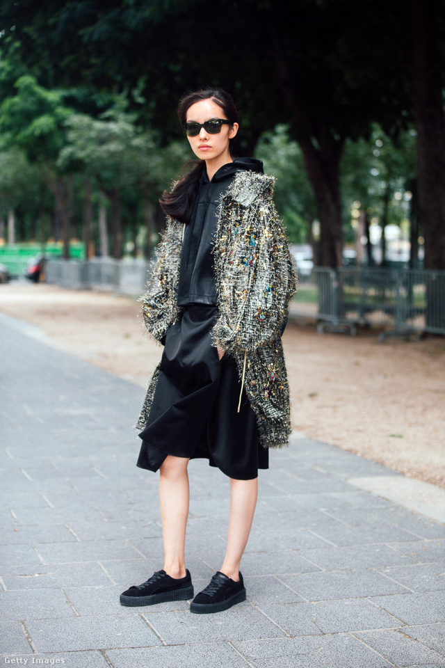 A kínai modell, Fei Fei Sun Chanel ruhákkal kombinálta a Fenty X Puma cipőt.