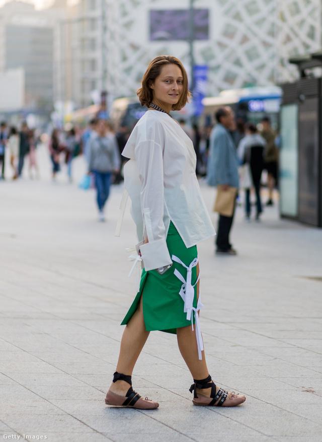 Daria Shapovalova zöld szoknyát és fehér blúzt választott a Miu Miu balerinához Szöulban.