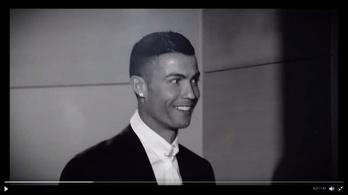 Cristiano Ronaldo vigyora alig fért a terembe, mikor megkapta az Aranylabdát