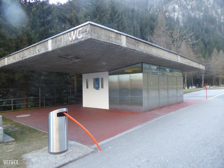 Ez egy átlagos nyilvános vécé Svájcban egy autóút mellett az Alpok északi oldalán, Sankt Gallen kantonban