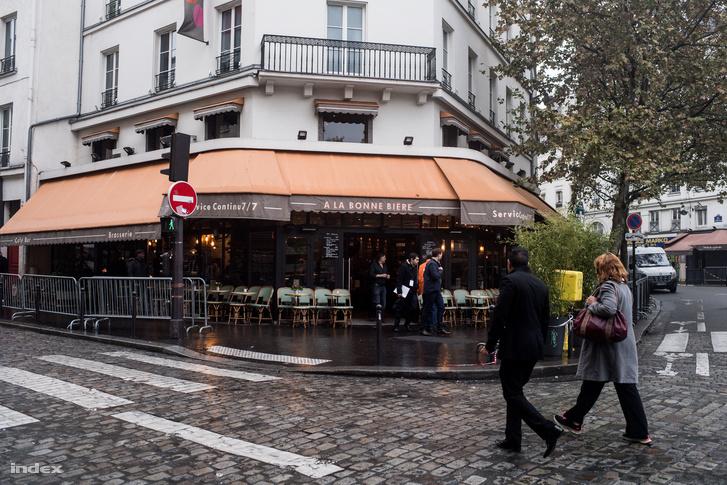 A Bonne Biere kávézó, a párizsi támadások egy másik helyszíne egy évvel a terror után. A helyeken a támadás után Je suis en terrasse, azaz A teraszon vagyok fleiratokat függesztettek ki, jelezve, hogy a párizsiak nem adják meg magukat a fenyegetésnek.