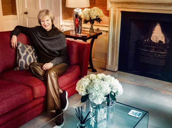 Theresa May és a vita tárgya, a bőrnadrág