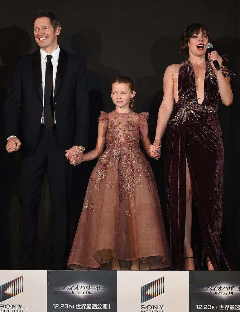 A színpadon csatlakozott hozzájuk Jovovich férje, Paul W