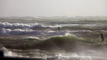 Hat emelet magas hullámot mértek az Atlanti-óceánon