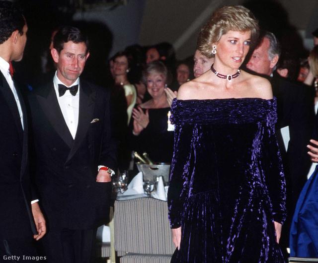 Diana a The Grosvenor House Hotelben, 1988 novemberében is viselte a kékes-lilás bársonyruhát. Mellette Károly herceg. Kattintson a teljes méretű képért!