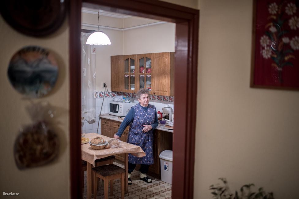 A Bebők család a hetvenes évek elején kezdett el fenyőzni. 1969-ben hoztak a településre egy teherautónyi luccsemetét, és azt mondták: aki akarja, viheti ingyen. Bebőkék vitték. 1973-ban egy kereskedő 16 ezer forintot fizetett a fákért, a következő évben azonban már maguk gondoskodtak az értékesítésről, ott voltak például a budapesti Fény utcai piacon is. Közben már saját csemetéik is voltak, a magért ki kellett menni az erdőbe, és fel kellett mászni a fára. A nyolcvanas években Ausztriából bejött a Nordmann-fenyő, ami szép lassan átalakította a kínálatot.                         Bebők néni a kilencvenes évek elején adta át a stafétabotot vejének, Lacinak, és azóta inkább a 6 centi vastag szendvicsekre és a talán még vastagabb almás pitéire koncentrál, ami biztosítja a kalóriát a családnak az estig tartó munkához.
