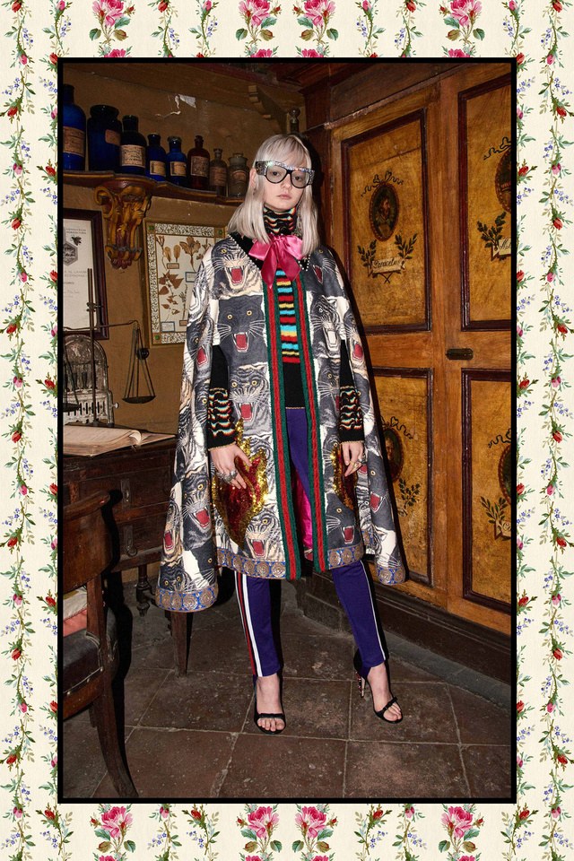 Tréningnadrág-szerű cicanadrág és állatnyomatos pelerin a Guccitól.
