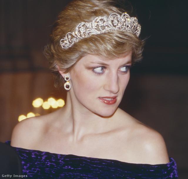 Diana 1987 februárjában is a kék Bruce Oldfield ruhát viselte egy hivatalops portugál látogatáskor. Erről az alkalomról egy ilyen közeli képpel tudunk szolgálni.