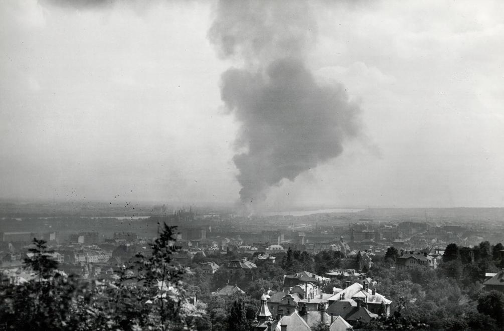 Kilátás a Citadellától Lágymányos és a lángoló ipartelep felé
