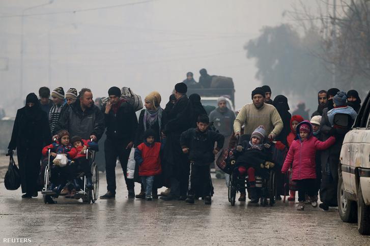 Civilek menekülnek az egyik utolsó, még felkelők által ellenőrzött területről december 13-án.
