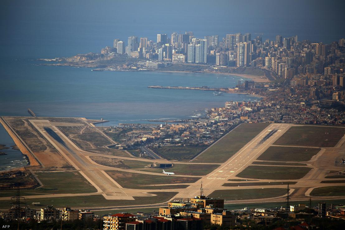 Bejrút repülőtere, a háttérben a város üzleti negyede