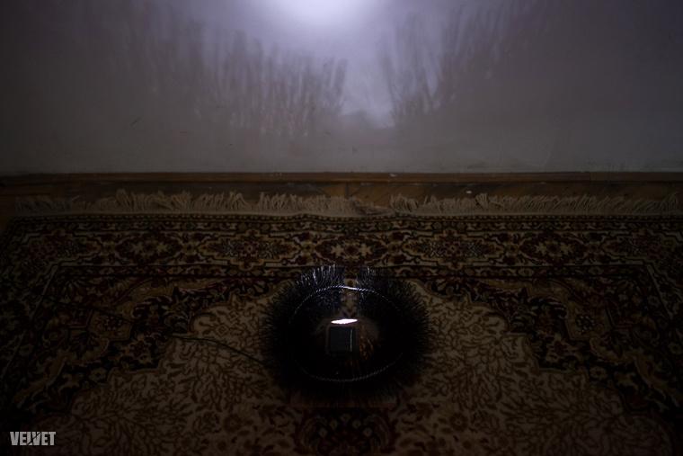 Borsos Lőrinc Helikonja egy szőnyegre helyezett ereszcsatorna-őrből és egy szolárlámpából áll