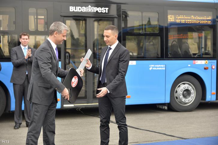 Szatmáry Kristóf a Nemzetgazdasági Minisztérium belgazdasági államtitkára (j2) jelképesen átadja a Rába Volvo autóbuszok kulcsát Dévényi Gergelynek a Volánbusz Zrt. vezérigazgatójának az autóbuszok átadási ünnepségen a Hõsök terén 2014. április 4-én.