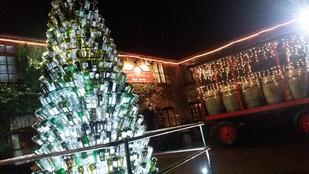 Ezer borosüvegből készült a karácsonyfa