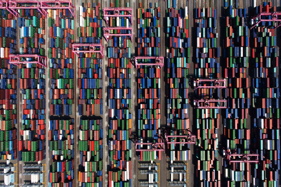 Szállításra váró konténerek Puszan kikötőjében