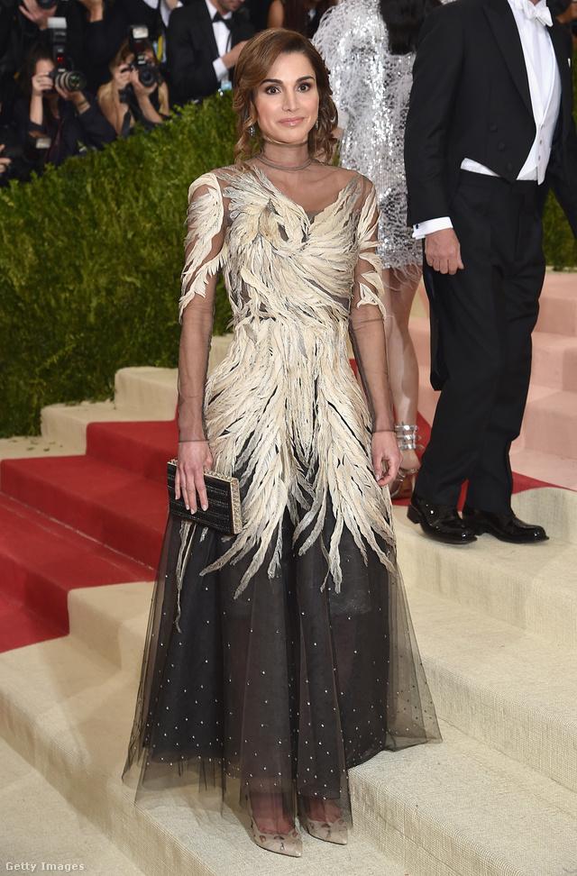 Ránija jordán királyné ebben a tollas Valentino estélyiben jelent meg az idei Met gálán.