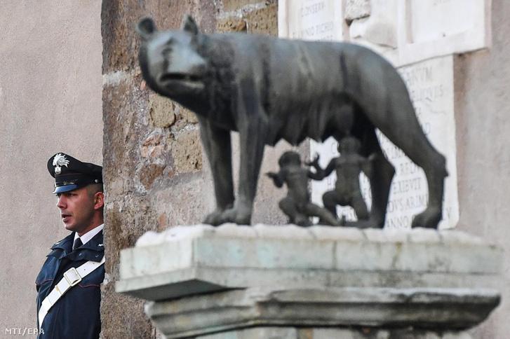 Olasz csendőr azaz carabinieri áll a római városháza épülete mellett 2016. december 16-án.
