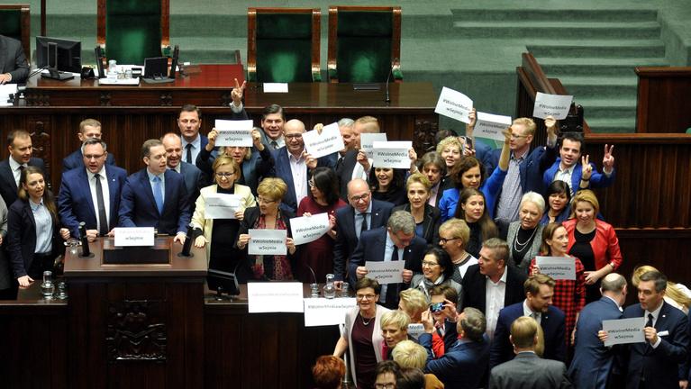 Meghátrál a lengyel kormány, mégis beengedik az újságírókat a Parlamentbe