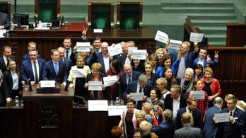 A lengyel parlamentben sem szeretik az újságírókat