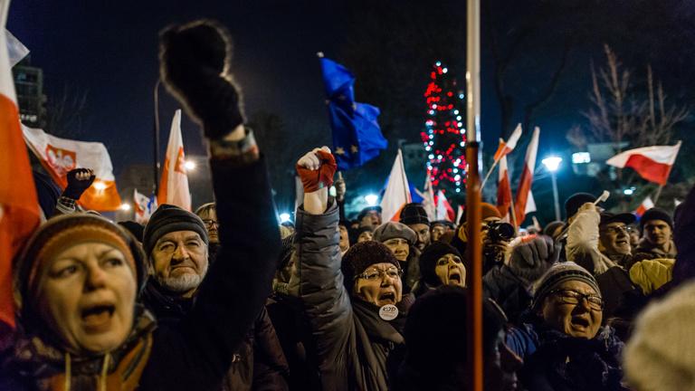 Harci állapotok a lengyel parlamentnél a sajtó korlátozása miatt