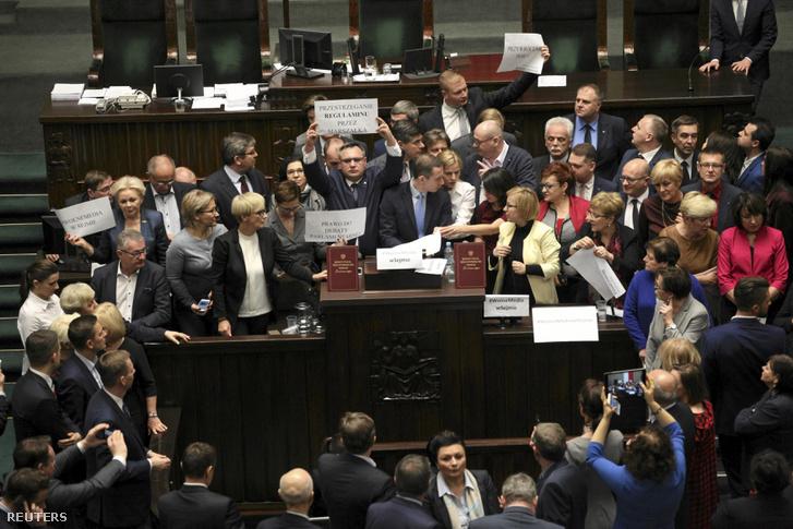 Tiltakozó ellenzéki képviselők a lengyel parlament üléstermében, 2016. december 16-án