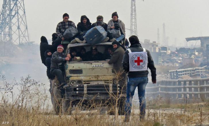 Aleppó kormányellenes erők által felügyelt területeiről evakuálják a lakosságot 2016. december 16-án