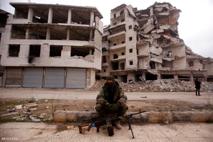 A szíriai elnökhöz hű katonai erők egyik tagja Aleppó Salaheddine kerületében 2016. december 16-án
