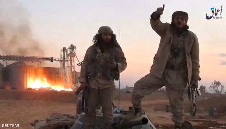 Az Iszlám Államhoz köthető hírügynökség, az Amak egyik videójából kivett képen az Iszlám Állam fegyveresei láthatóak a Palmürában, 2016. december 11-én
