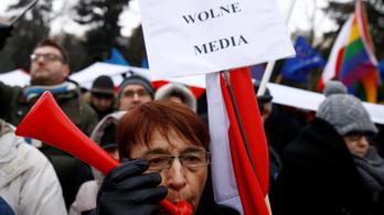 Folytatják a tüntetéseket a lengyel parlamentnél