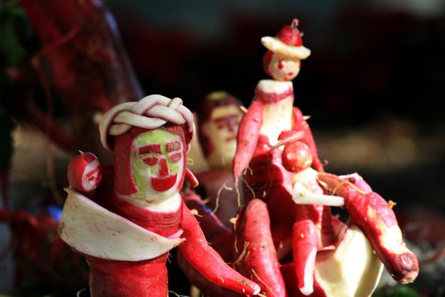 Oaxaca - december 23-án különböző retekből készült műalkotások készülnek a külön erre a célra termesztett, több kilogrammos retkekből