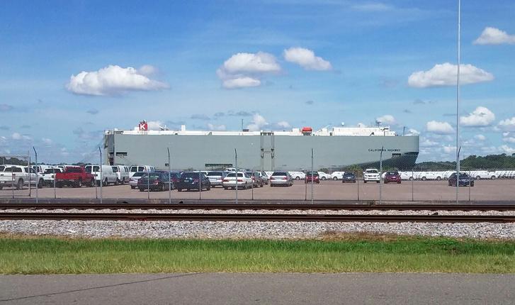Íme egy RO-RO autószállító hajó, a legnagyobbakra 6-7 ezer kocsi is felfér