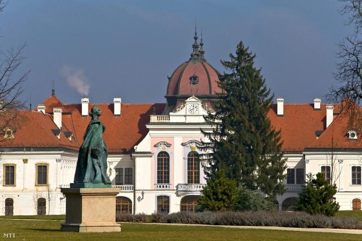 A gödöllői Grassalkovich-kastély - Magyarország egyik legnagyobb barokk kastélya - műemlék épülete a kastélypark felől előtérben Mária Terézia egyetlen Magyarországon található egész alakos szobra Zala György szobrászművész 1907-ben készült alkotása.