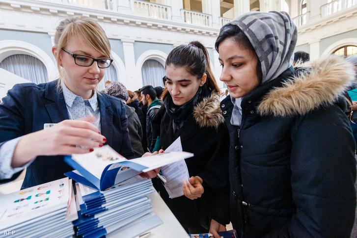 Menekültek Hamburgban egy egészségügyi dolgozóknak szervezett átképzésre jelentkeznek