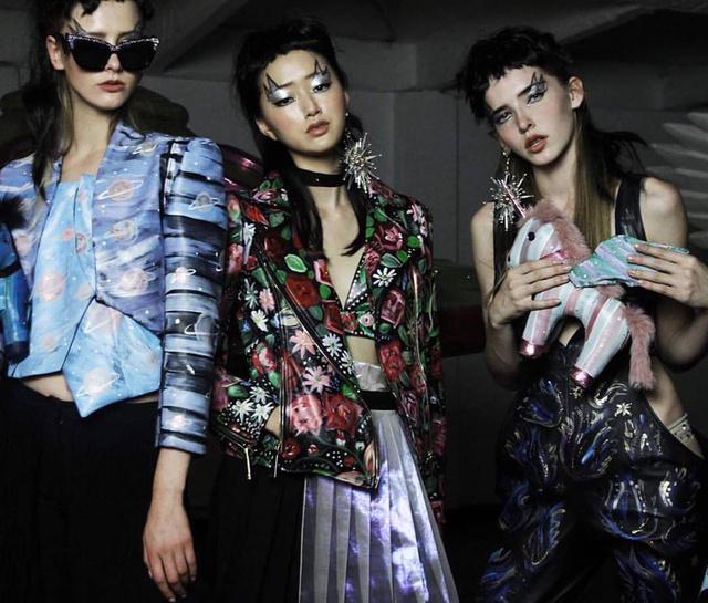 Modellek a tervező 2017-es tavaszi-nyári kollekciójának bemutatóján Milánóban.