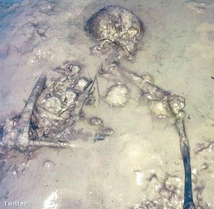 Egy magzatpózban fekvő nő csontvázát 2015