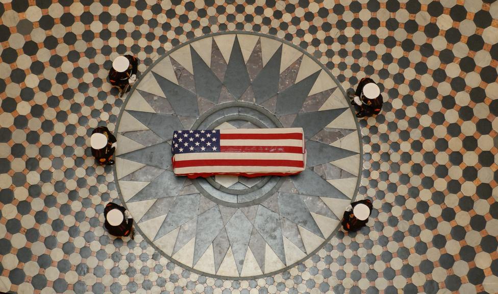 December 16. John Glenn amerikai űrhajós ravatala a colombusi városháza kupolatermében. Glenn volt az első amerikai űrhajós, aki megkerülte a Földet.