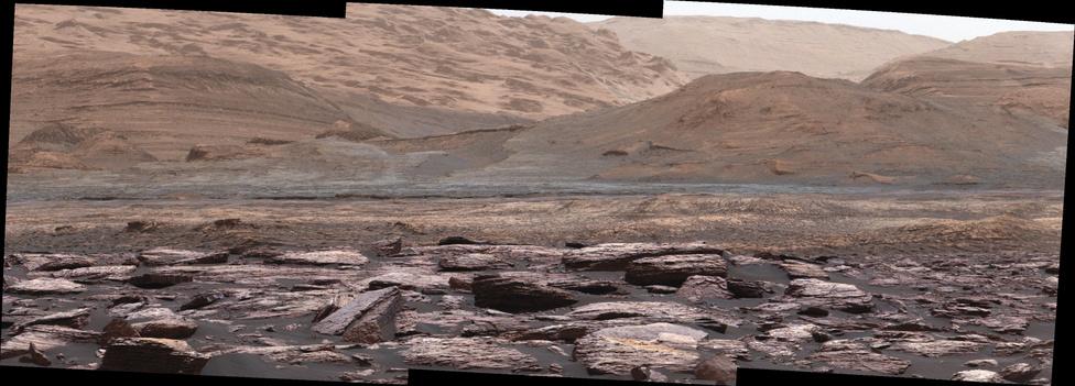 December 14. A Mount Sharp térségéről készítette ezt a szép, színes panorámaképet a NASA Curiosity robotja.