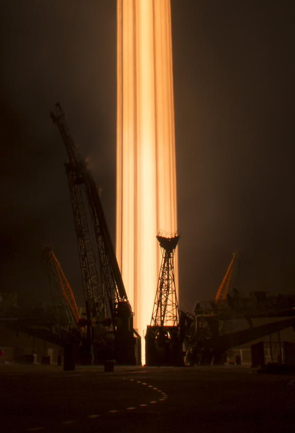 November 18. Az 50. expedíció startja. A Szojuz rakéta Peggy Whitson (NASA), Oleg Novickij (Roszkoszmosz), és Thomas Pesquet (ESA) űrhajósokat vitte az ISS-re. Bill Ingalls, a NASA első számú fotósa hosszú záridővel készítette e szokatlan képet.