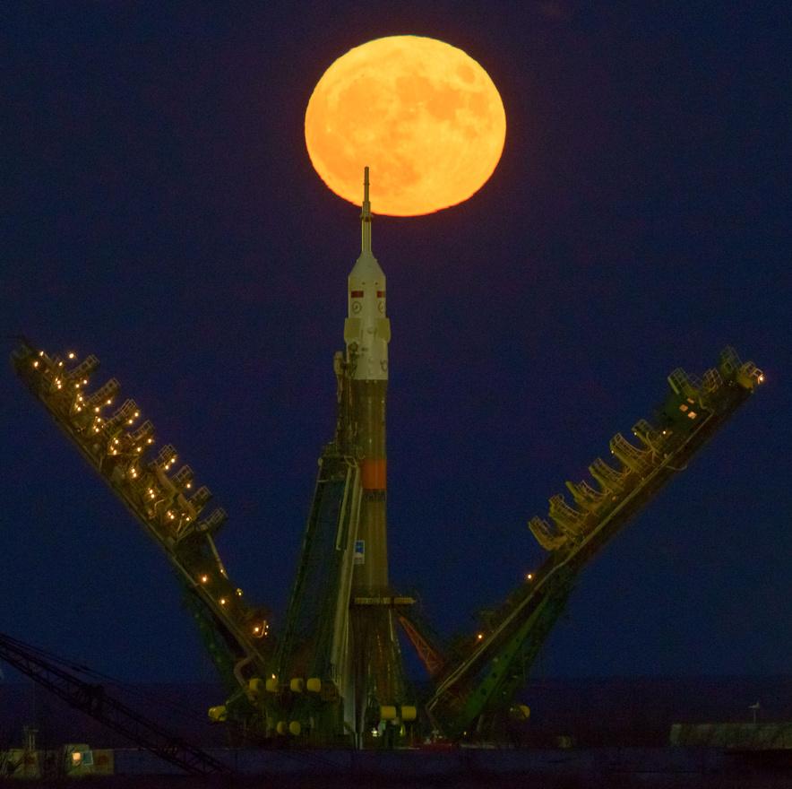 November 14-én úgynevezett szuperholdnak örült a fél világ. A képen a bajkonuri űrközpontban startra fölkészített Szojuz rakéta látható, háttérben a Földhöz épp közelebb járó, így picivel nagyobbnak látszó telihold.