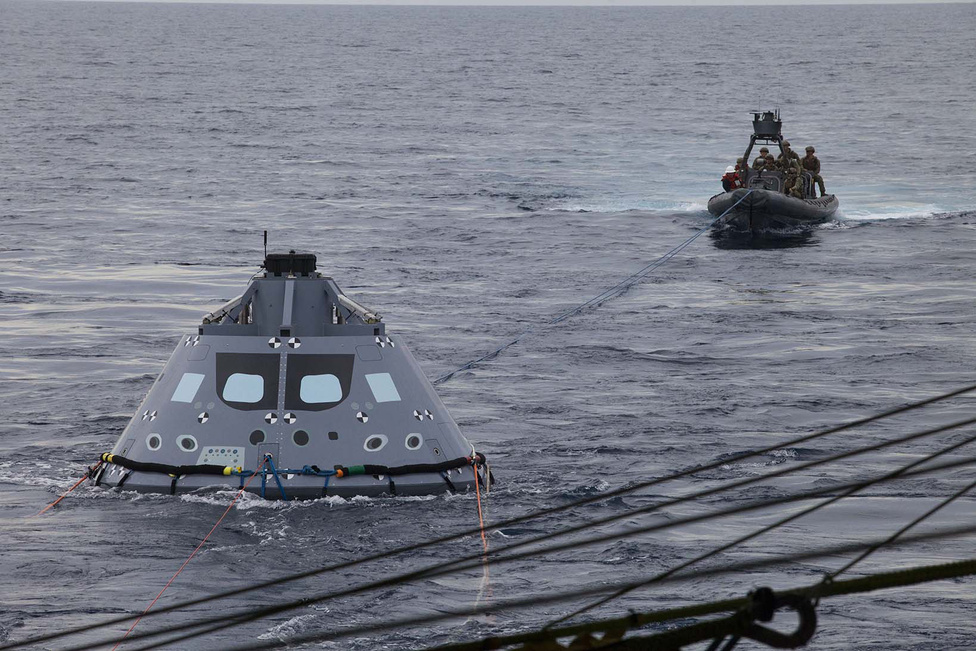 November 3. A haditengerészet búvárai az Orion űrhajó tesztverziójával gyakorolják a tengerből kimentést. A NASA jelenlegi tervei szerint az eddig egy tesztrepülésen túllévő Orion 2018-ban indul következő útjára.