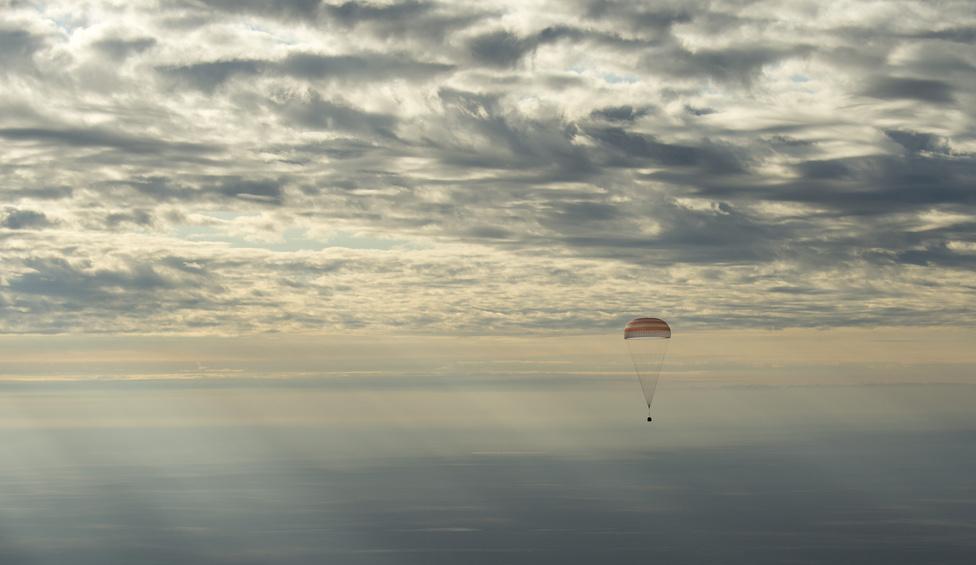 Október 30. Az ISS-ről visszatérő 49-es expedíció űrhajósai – Kate Rubins (NASA), Anatolij Ivanisin (Roszkoszmosz), és Onisi Takuja (JAXA) – békésen ejtőernyőznek a kazahsztáni landolás előtt. A trió 115 napot töltött az űrállomáson.
