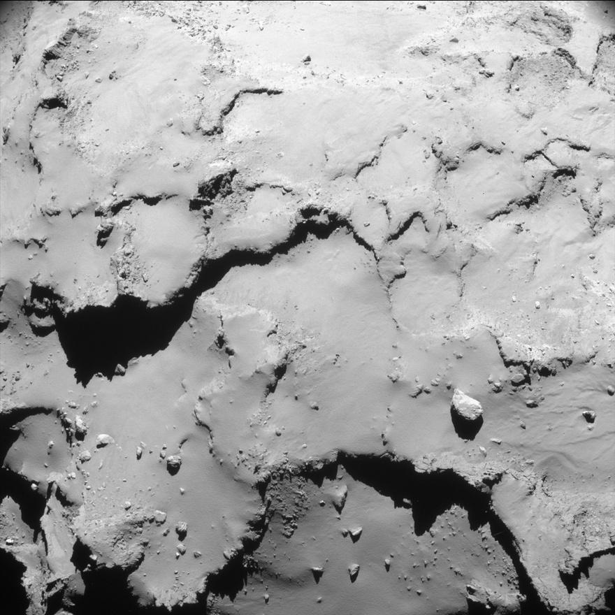 Szeptember 30. Az egyik utolsó kép a 67P/Csurjumov-Geraszimenkó üstökös sziklás poros felszínéről. A fotó 18,1 km távolságról készült, nem sokkal az előtt, hogy a Rosetta űrszonda az üskötkös felszínébe csapódott az ESA küldetészáró terveinek megfelelően.