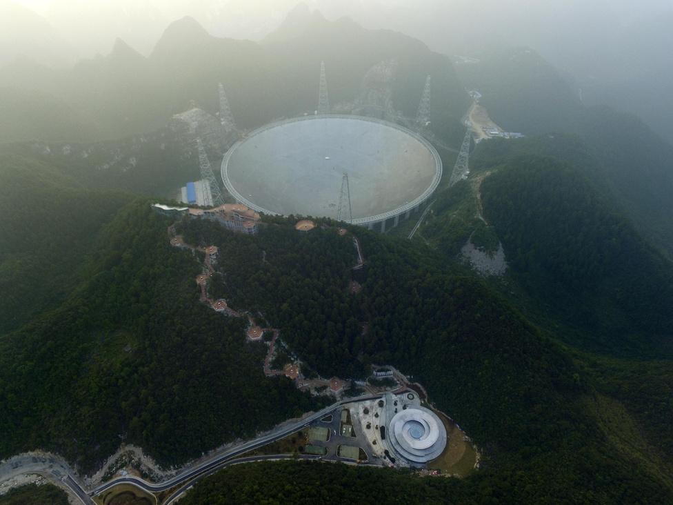 Szeptember 25. 13 évi tervezés és öt évi építés után elkészült és működésbe lépett a Mennyei Szem, azaz a hatalmas kínai teleszkóp, a Five-hundred-meter Aperture Spherical radio Telescope (FAST).