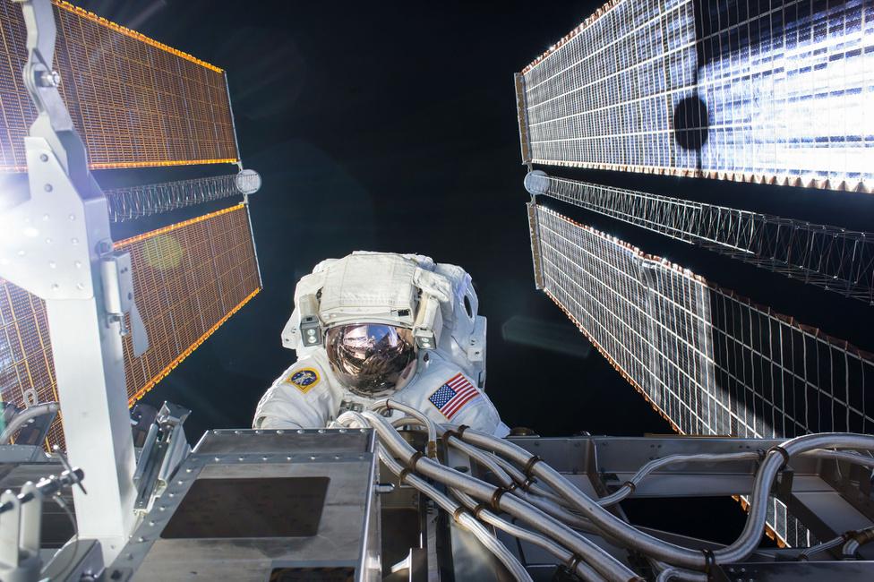 Szeptember 1. Kate Rubins NASA-űrhajós csaknem hétórás űrsétán végzett karbantartási munkákat az űrállomáson.