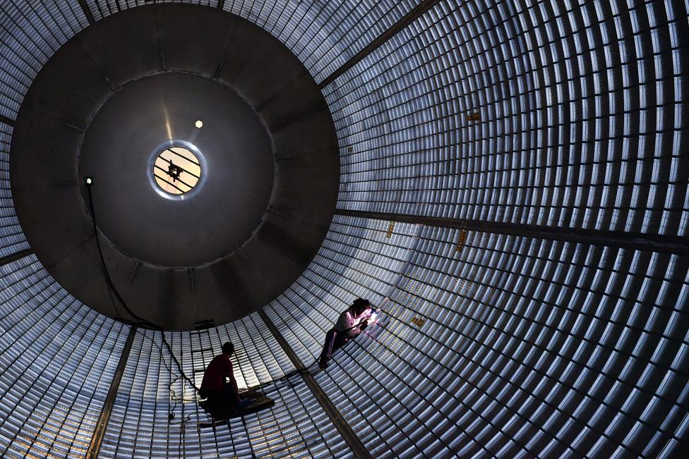 Augusztus 5. A Boeing technikusa hegeszti a NASA készülő hatalmas rakétájának, az SLS-nek, hatalmas üzemanyagtartályát.