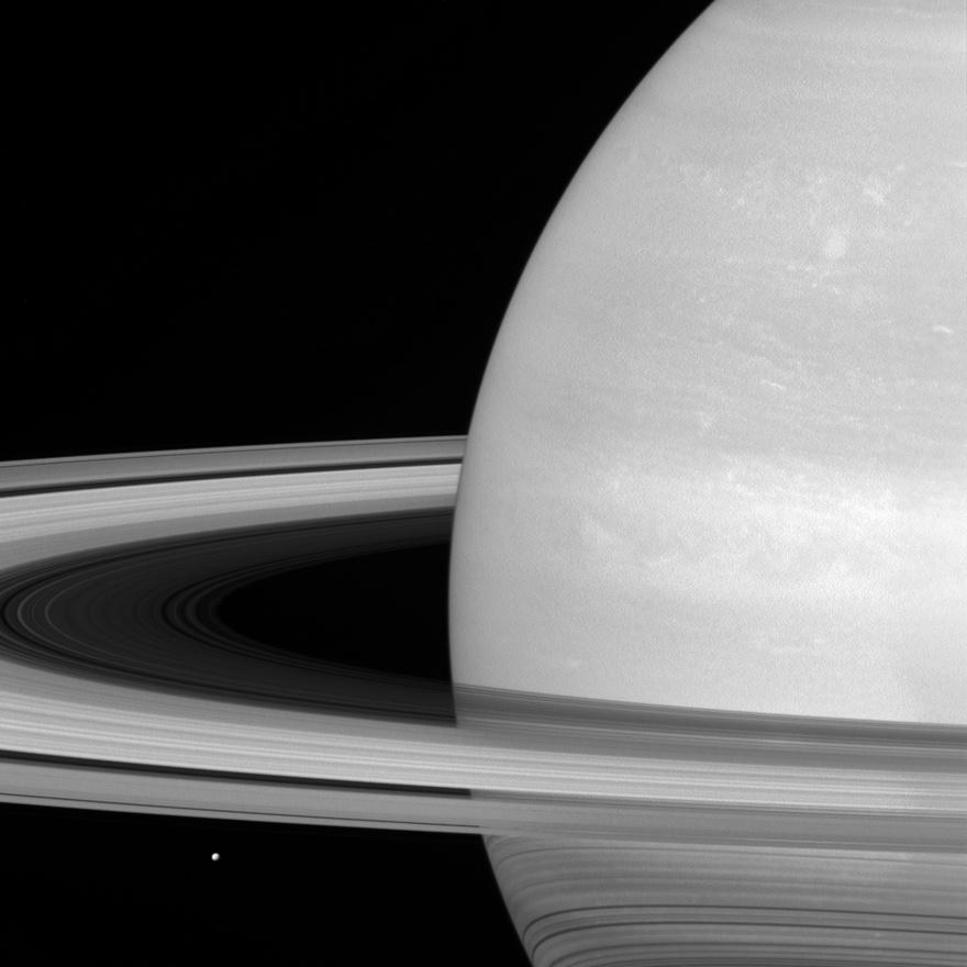 Július 21. A Cassini fotója a Szaturnusz egyik holdjáról, a Mimasról. Ott, balra alul az a pötty a Mimas.