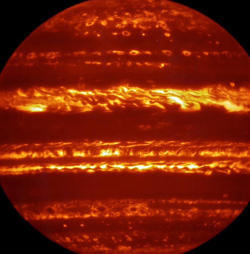 Június 27. A paranali nagyonnagy teleszkóp (VLT) infravörös felvétele a Jupiterről a megszokottól eltérő képet mutat naprendszerünk legnagyobb bolygójáról.