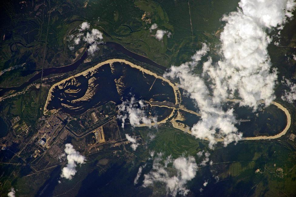 Június 19: Csernobil az ISS-ről. A fényképen jól látszik az új fémszarkofág, amit a régi málladozó vasbeton szerkezet fölé építettek.