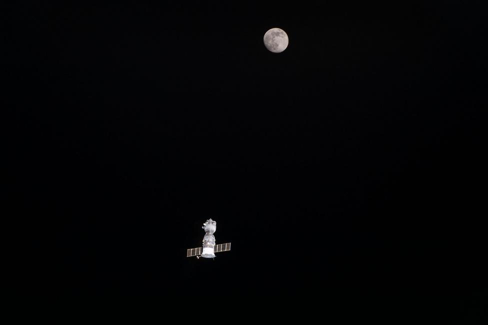 Június 18. A Nemzetközi Űrállomásról (ISS) távozó TMA-19M űrhajó és a telihold. Az orosz járművel Tim Kopra (NASA), Tim Peake (ESA) és Jurij Malencsenkó (Roszkoszmosz) tértek vissza a Földre 186 nap után.